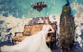 Картинка взгляд, девушка, поза, комната, диван, стена, птица, белое, краска, свечи, платье, павлин, азиатка, сидит, невеста, …