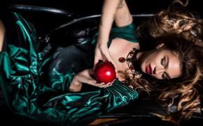 Картинка девушка, лицо, стиль, волосы, яблоко, руки, макияж, платье, закрытые глаза