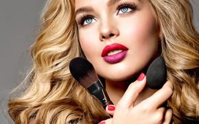 Картинка взгляд, портрет, руки, макияж, помада, блондинка, model, кисточки, makeup