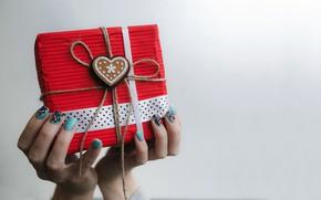 Картинка праздник, подарок, сердце, руки, маникюр