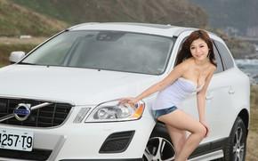 Картинка авто, взгляд, улыбка, Девушки, азиатка, красивая девушка, Volvo XC60, позирует над машиной