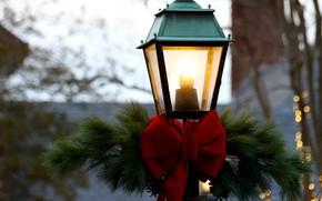Картинка зима, свет, ветки, красный, праздник, улица, огоньки, Рождество, фонарь, Новый год, бант, хвоя, боке, новогодние …