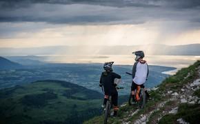 Картинка горы, тучи, долина, велосипедисты, водоём