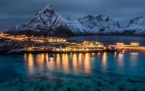 Картинка море, снег, пейзаж, горы, остров, дома, вечер, освещение, Норвегия, Лофотенские острова, Лофотены, Sakrisøya