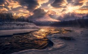 Картинка зима, лес, солнце, облака, свет, снег, горы, туман, река, вершины, дымка, водоем, берега