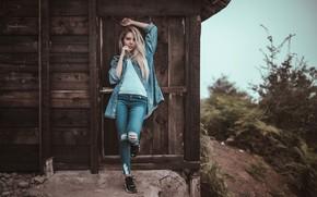 Картинка девушка, природа, поза, волосы, джинсы, кроссовки, боке, Ali Pazani