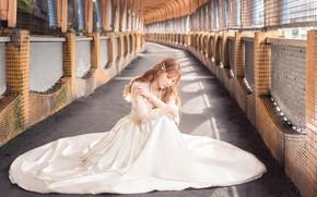 Картинка девушка, поза, платье, коридор, азиатка, сидит, невеста, помещение