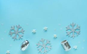 Картинка зима, снежинки, праздник, Рождество, Новый год, серпантин, звездочки, голубой фон, ёлочные игрушки, новогодние украшения, композиция, …