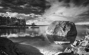 Картинка озеро, берег, камень, монохром
