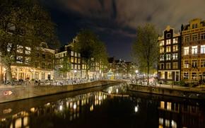 Картинка небо, облака, деревья, ночь, мост, огни, дома, звёзды, Амстердам, фонари, канал, Нидерланды, велосипеды