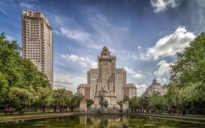 Картинка небо, солнце, облака, деревья, люди, здания, дома, памятник, Испания, скульптуры, Мадрид, Monumento a Miguel de …