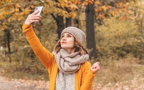 Картинка осень, девушка, шапка, кофточка, шарфик, селфи
