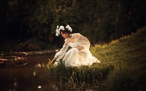 Картинка девушка, цветы, природа, поза, река, платье, венок
