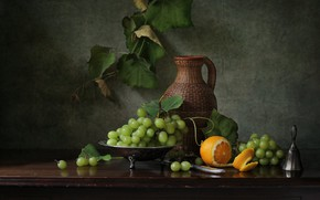 Картинка темный фон, стол, апельсин, виноград, гроздь, кувшин, натюрморт, лоза
