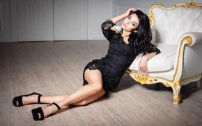 Картинка девушка, кресло, брюнетка, туфли, ножки, кружево, чёрное платье
