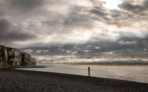 Картинка море, пляж, небо, девушка, облака, птицы, камни, скалы, побережье, горизонт, лучи света