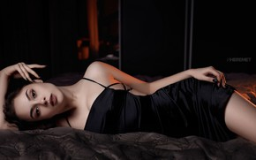 Картинка взгляд, поза, кровать, портрет, макияж, фигура, платье, брюнетка, прическа, лежит, красотка, в черном, SHEREMET, Шеремет ...