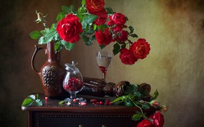 Картинка цветы, ягоды, розы, бокалы, тумбочка, кувшин, натюрморт, клюква