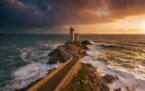 Картинка море, небо, облака, птицы, тучи, камни, скалы, берег, маяк, горизонт, прибой