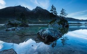 Картинка лес, небо, деревья, горы, озеро, отражение, синева, камни, скалы, голубое, берег, вершины, дно, Германия, ели, …