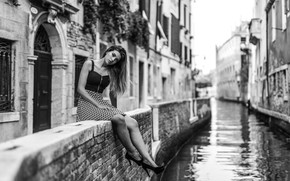Картинка девушка, поза, чёрно-белая, Венеция, канал, набережная, монохром, Marco Squassina, Fiorenza Dri