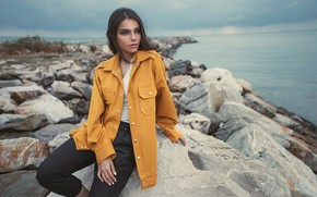 Картинка море, взгляд, девушка, поза, камни, фото, побережье, модель, куртка, красивая, Ali Pazani