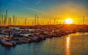 Картинка небо, вода, солнце, лучи, свет, закат, яркий, город, сияние, холмы, берег, лодки, вечер, рябь, порт, …