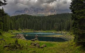 Картинка лес, трава, облака, горы, туман, озеро, камни, скалы, берег, поляна, дым, ели, пар, водоем, хвойный, …