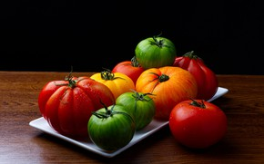 Картинка капли, стол, яркие, урожай, зеленые, красные, черный фон, оранжевые, овощи, помидоры, томаты, капли воды, поднос, …