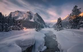 Картинка зима, лес, снег, горы, озеро, избушка, ели, Канада, сугробы, Альберта, домик, хижина, Banff National Park, …