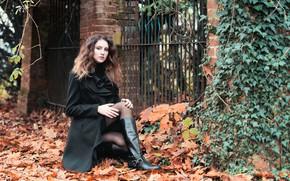 Картинка листья, девушка, модель, ножки, сапожки, пальто, Chiara