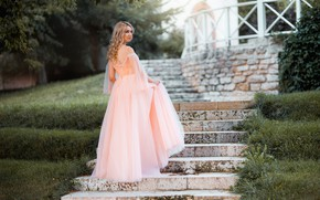 Картинка девушка, платье, блондинка, лестница, плечи, локоны, Максим Чурляев