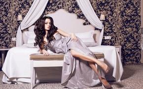 Картинка взгляд, девушка, поза, волосы, кровать, макияж, платье, прическа, туфли, ножки, красотка