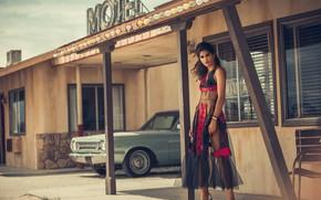 Картинка женщина, стул, автомобиль, лампочки, гостиница