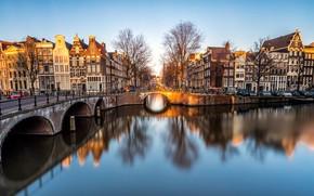 Картинка свет, деревья, пейзаж, желтый, мост, отражение, река, люди, улица, вид, окна, здания, дома, весна, вечер, ...