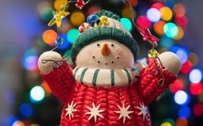 Картинка зима, праздник, игрушка, Рождество, Новый год, снеговик, гирлянда, яркие цвета, звездочки, фигурка, боке, новогодние украшения, …