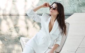 Картинка девушка, поза, актриса, брюнетка, очки, костюм, Adriana Ugarte