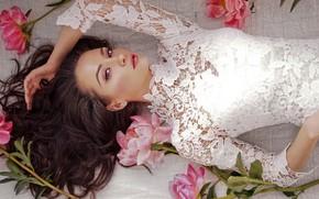 Картинка взгляд, цветы, поза, макияж, платье, прическа, лежит, шатенка, красотка, в белом, боке, пионы
