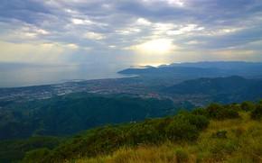 Картинка море, лес, трава, облака, лучи, горы, город, Италия, кусты, солнечный свет, Каррара