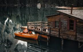 Картинка лес, пейзаж, природа, озеро, дом, отражение, лодки, причал, Италия, Lago di Braies, Брайес