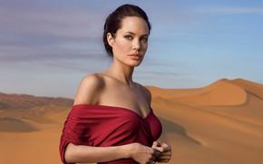 Картинка песок, взгляд, пустыня, платье, актриса, Angelina Jolie, губы, плечи, Анжелина Джоли