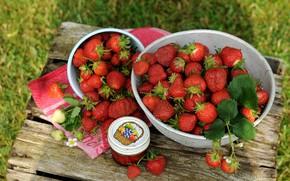 Картинка лето, трава, ягоды, настроение, полотенце, урожай, клубника, миска, ящик, много, варенье, дача, дуршлаг