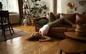 Картинка взгляд, девушка, поза, фото, комната, диван, окно, шатенка, Густарев Максим