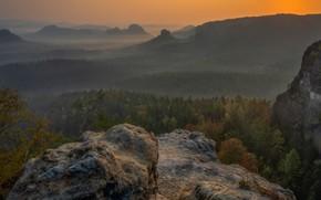 Картинка осень, лес, небо, деревья, горы, природа, туман, камни, обрыв, скалы, рассвет, холмы, вид, высота, даль, …