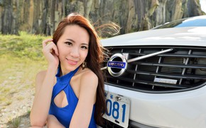 Картинка взгляд, улыбка, Девушки, Volvo, азиатка, красивая девушка, белый авто, позирует над машиной