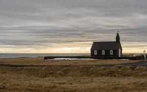 Картинка море, поле, небо, облака, пейзаж, дом, пасмурно, берег, церковь, часовня, Исландия, церквушка