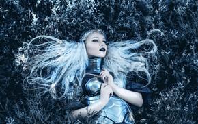 Картинка трава, взгляд, девушка, стиль, волосы, фэнтези, лежит, образ, рыцарь, воительница, фотоарт, Kindra Nikole