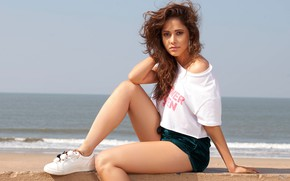 Картинка Girl, Model, Sea, Shorts, Nushrat Bharucha