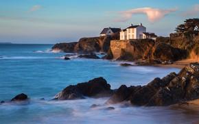 Картинка море, белый, облака, пейзаж, камни, скалы, берег, дома, прибой, домики, домик, синее, особняк, деревце, морской, …