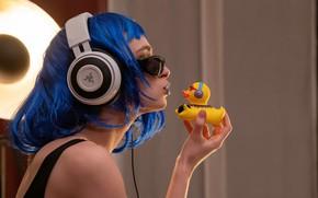 Картинка девушка, наушники, губки, утёнок, Guenter Stoehr, Yana and the duck